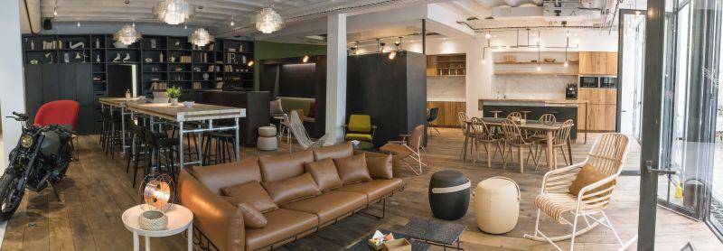 Entrée lounge, zones de travail et cuisine